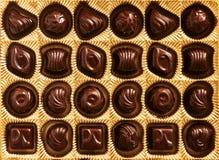 Конфеты шоколада различных форм в коробке золота, взгляд сверху, s Стоковая Фотография