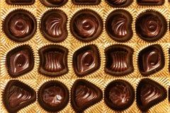 Конфеты шоколада различных форм в коробке золота, взгляд сверху, s Стоковая Фотография RF