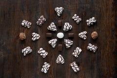 Конфеты шоколада установленные на деревянную предпосылку Стоковая Фотография