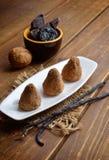 Конфеты Vegan домодельные с черносливами и гайки в буром порохе Стоковые Фотографии RF