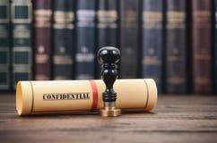 Конфиденциальный тип уплотнений документа и нотариуса на деревянной предпосылке Стоковая Фотография RF