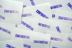 Конфиденциальное проштемпелеванное синью на белых бумагах памятки Стоковое Фото