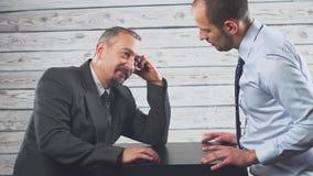 Конфликт гнева дела 2 бизнесмена кричат жестоко и клянутся на одине другого видеоматериал