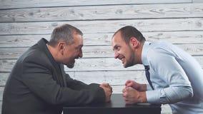 Конфликт гнева дела 2 бизнесмена яростно смотрят один другого Воевать и задушите один другого сток-видео