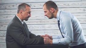 Конфликт гнева дела 2 бизнесмена яростно смотрят один другого видеоматериал