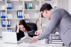 Конфликт офиса между человеком и женщиной Стоковые Изображения