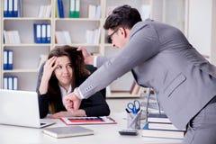 Конфликт офиса между человеком и женщиной Стоковая Фотография
