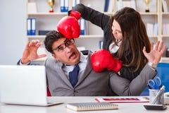 Конфликт офиса между человеком и женщиной Стоковые Фотографии RF