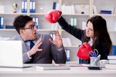 Конфликт офиса между человеком и женщиной Стоковое Изображение