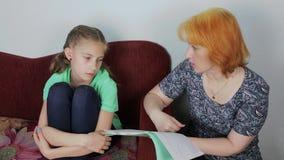 Конфликт семьи - мать бранит дочь акции видеоматериалы