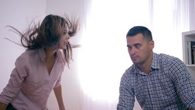 Конфликт семьи, унылый мужчина страдает выкрики и заклятья сердитой женщины во время психоза с агрессивный развевать руки видеоматериал