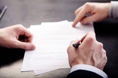 Конфликт дела, на менеджере деловой встречи и работник разрушают проект документа Стоковая Фотография