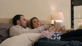 Конфликт между человеком и женщинами, супругом детенышей будет ревнивым из-за сообщения видеоматериал