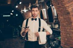 Конца портрет фото вид спереди вверх - красивого уверенно роскошного привлекательного стильного мечтательного человека Он носит б стоковые изображения