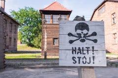 КОНЦЕНТРАЦИОННЫЙ ЛАГЕРЬ AUSCHWITZ-BIRKENAU, ПОЛЬША - ИЮНЬ 2017: Знак смерти стопа на концентрационном лагере Освенцим Birkenau По стоковая фотография rf