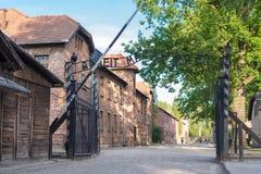 КОНЦЕНТРАЦИОННЫЙ ЛАГЕРЬ AUSCHWITZ-BIRKENAU, ПОЛЬША - ИЮНЬ 2017: Frei macht Arbeit в Освенцим Польше во время холокоста стоковое фото
