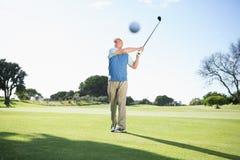 Концентрировать игрока в гольф принимая съемку Стоковая Фотография