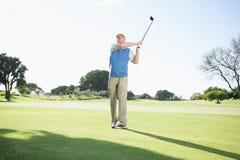 Концентрировать игрока в гольф принимая съемку Стоковые Фото
