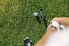 Концентрировать игрока гольфа женщины стоковая фотография rf