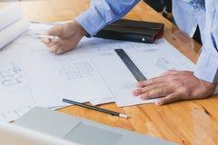 Концепции архитектора, архитекторы работая с светокопиями Стоковые Фотографии RF