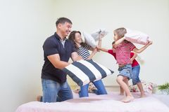 Концепции и идеи семьи молодая кавказская семья имея Playf Стоковое Изображение
