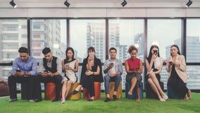 Концепции коллажа различных счастливых людей в непринужденном стиле и различном мобильном телефоне удерживания возраста, проверяя стоковое фото rf