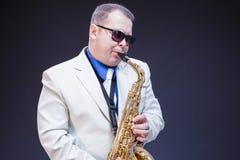 Концепции музыки Портрет выразительного играя зрелого мужского игрока Saxo стоковое фото rf