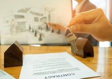 Концепции недвижимости торгуя, ключ дома конца-вверх в руке задняя часть Стоковое Изображение