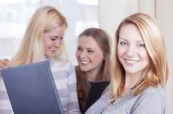 Концепции образов жизни молодости 3 кавказских молодых дамы с подолом Стоковое Фото
