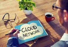 Концепции сети облака сочинительства человека на его примечании Стоковые Фотографии RF