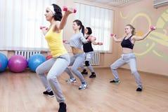 Концепции спорта и фитнеса 4 профессиональных спортсменки имея тренировки хобота гнуть с штангами Стоковая Фотография RF