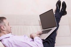 Концепции технологии Кавказский человек в одежде стиля дела Стоковое Изображение