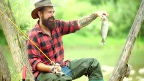 Концепции успешной рыбной ловли Рыбы задвижки Все еще рыбная ловля форели воды Рыбная ловля в реке Летите рыбная ловля для форели видеоматериал