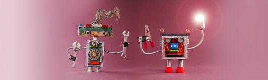 Концепция автоматизации промышленного переворота роботов 4-ая Робототехнический разнорабочий освещает путь Дружелюбные игрушки ме стоковое изображение
