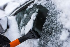 Концепция автомобиля, зимы, людей и корабля Стоковое Фото