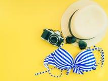 Концепция аксессуаров перемещения девушки и ткани лета с желтым bac Стоковые Фотографии RF
