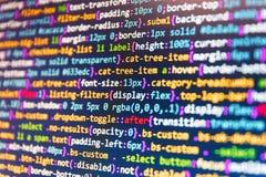 Концепция алгоритма конспекта источника Программист работая на экране компьютера PHP и технологии кодировать Код HTML на экране к стоковые фото