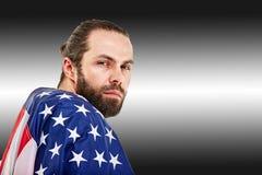 Концепция американского футбола, портрет американского футболиста с американским флагом на черной предпосылке r стоковая фотография