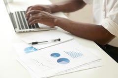 Концепция анализа данных и коммерческой статистики, Афроамериканец Стоковые Изображения