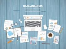Концепция анализа данных Финансовая проверка, аналитик SEO, статистик, стратегические, отчет, управление Диаграммы, графики на эк Стоковые Изображения RF