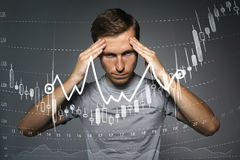 Концепция данным по финансов Человек работая с аналитиком Составьте схему данным по диаграммы с японскими свечами на цифровом экр Стоковые Фотографии RF