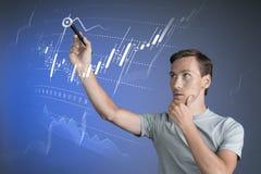 Концепция данным по финансов Человек работая с аналитиком Составьте схему данным по диаграммы с японскими свечами на цифровом экр Стоковые Фото
