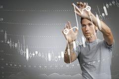 Концепция данным по финансов Человек работая с аналитиком Составьте схему данным по диаграммы с японскими свечами на цифровом экр Стоковая Фотография