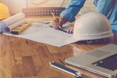 Концепция архитектора, архитекторы работая с светокопиями в офисе Стоковые Фото