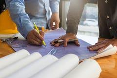 Концепция архитектора, архитекторы работая с светокопиями в офисе Стоковые Фотографии RF