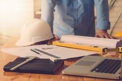 Концепция архитектора, архитекторы работая с светокопиями в офисе Стоковые Изображения RF