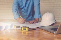 Концепция архитектора, архитекторы работая с светокопиями в офисе Стоковая Фотография