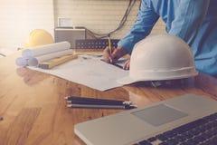 Концепция архитектора, архитекторы работая с светокопиями в  Стоковое Изображение
