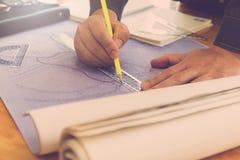 Концепция архитектора, архитекторы работая с светокопиями в  Стоковые Изображения