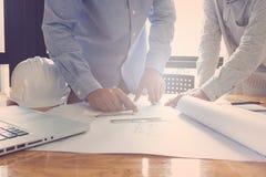 Концепция архитектора, архитекторы работая с светокопиями в  Стоковые Фотографии RF
